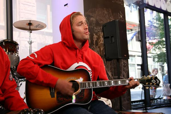 13-bronson-arroyo-playing-guitar-athletes-who-were-musicians
